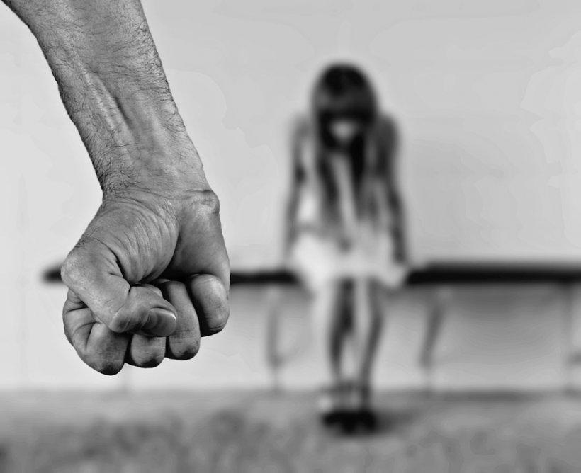 Și-a agresat soția chiar de față cu cei trei copii ai săi. Bărbatul din Argeș a fost arestat imediat