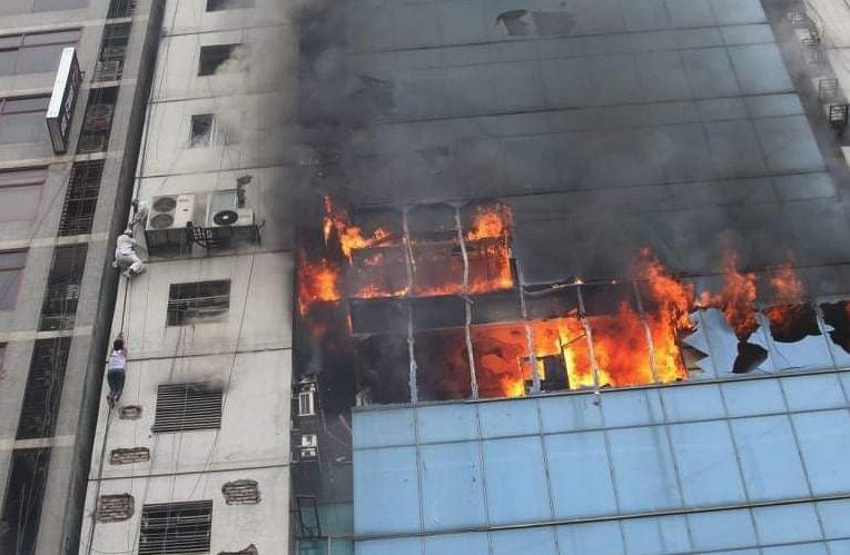 Incendiu violent la o clădire din capitala statului Bangladesh. Oamenii sar de la etaj pentru a se salva - VIDEO