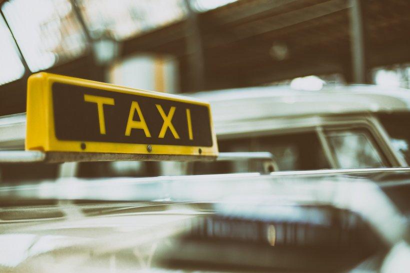 Momente de groază pentru un taximetrist. Bărbatul a fost atacat de două femei (VIDEO)