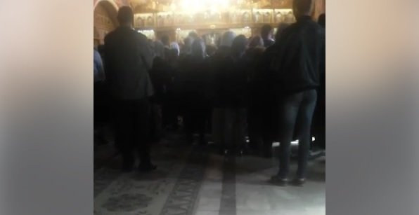 Momentul în care un preot călugăr și-ar amenința cu bătaia credincioșii și îl înjură pe Iohannis. Patriarhia anunță o anchetă VIDEO
