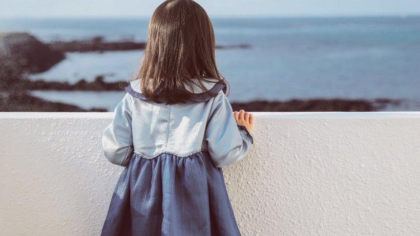 Fetița de trei ani s-a plâns rudelor că soțul mamei s-a urcat în patul său. Le-a spus ce îi făcea, iar oamenii au înțeles imediat ce s-a întâmplat. Când judecătorul a auzit cum și-a justificat bărbatul gestul, l-a condamnat imediat