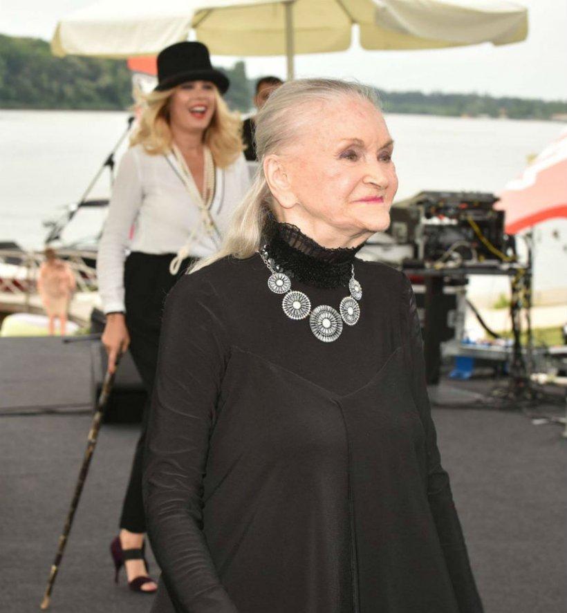 Mama Zina este incinerată astăzi, iar alături îi stau cei dragi și cele pe care le-a lansat în lumea modei