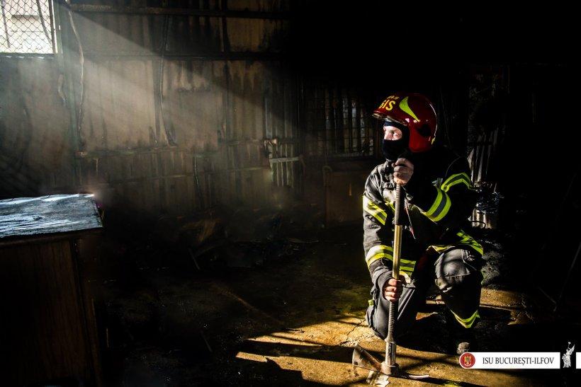 Incendiu puternic lângă centura Capitalei. Un depozit de anvelope a luat foc