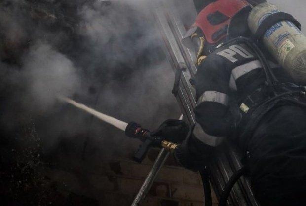 Explozie urmată de incendiu la parterul unui bloc din Cluj (VIDEO)