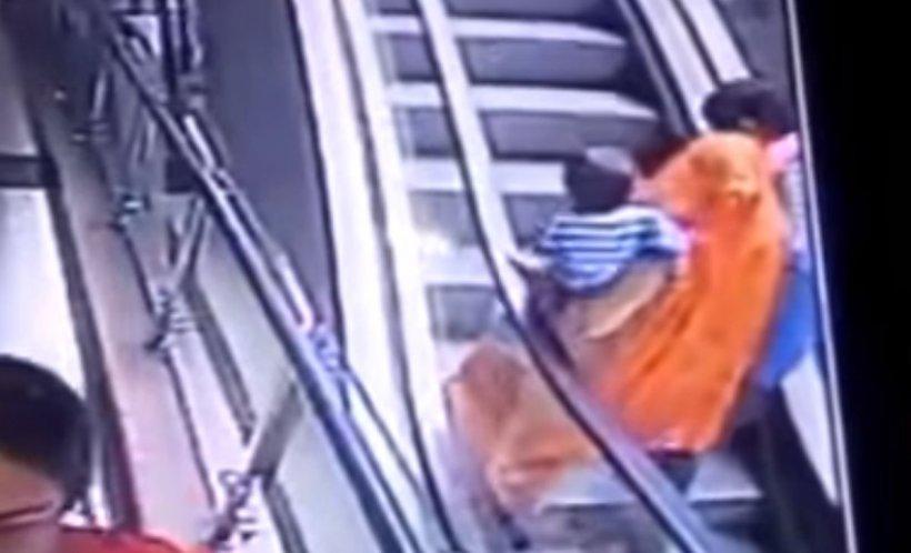 Un copil a murit după ce mama lui s-a dezechilibrat pe o scară rulantă și l-a scăpat din brațe – VIDEO șocant