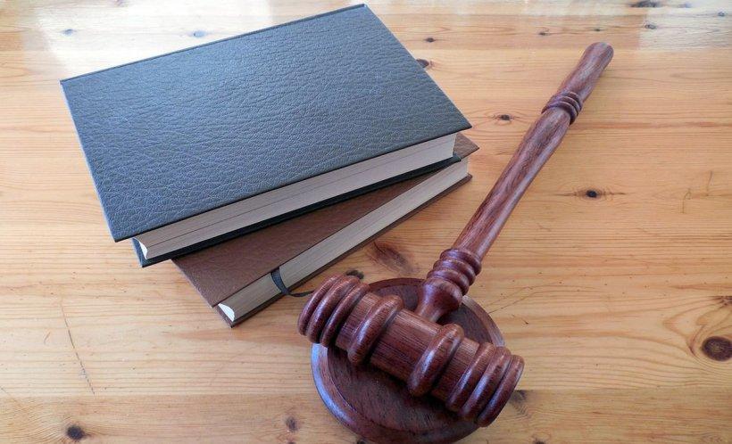 O tânără care a fost abuzată sexual în copilărie a fost arestată pentru viol