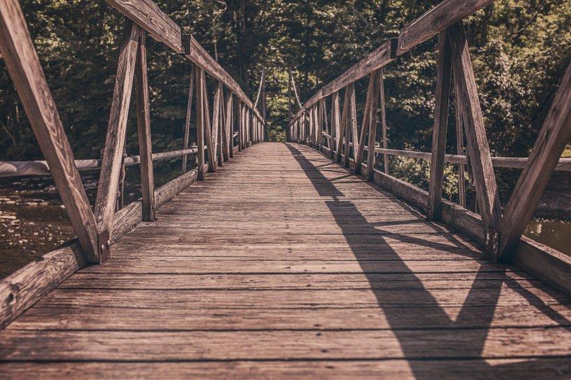 A văzut o tânără care voia să se arunce de pe pod. A alergat spre ea și a încercat să o salveze, dar aceasta a opus rezistență. Incredibil ce a făcut apoi adolescenta