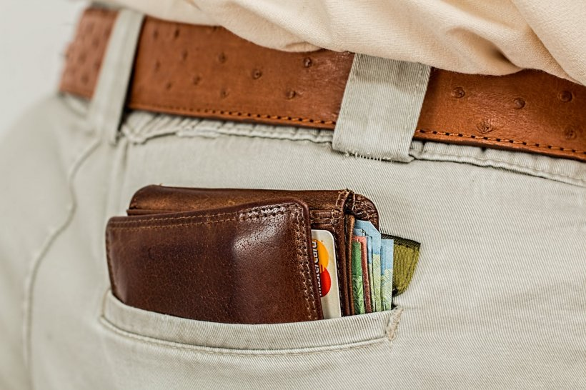 Atenție! Toți românii trebuie să evite acest tip de portofel!