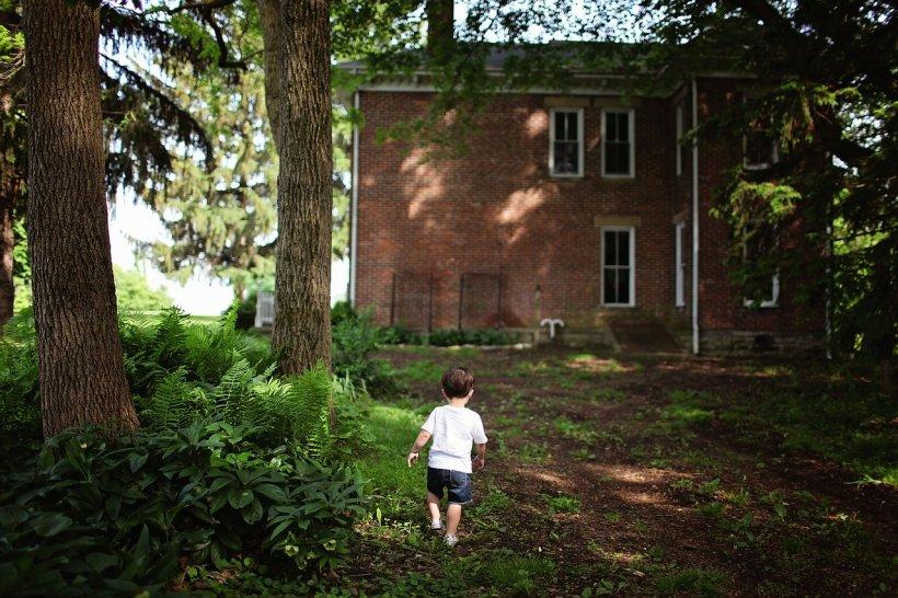 """Meșterii i-au spus că au găsit mai multe oase în curtea casei sale în timpul renovărilor. Când s-a dus să vadă despre ce e vorba, a înțeles totul. """"Adevărul a fost mereu acolo, îngropat"""""""