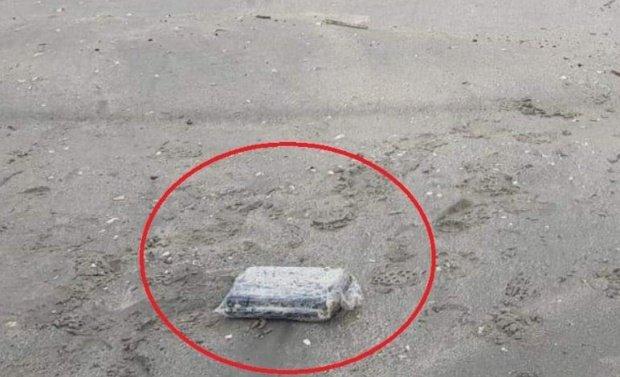 """Un bărbat i-a întrebat pe polițiști câți bani ar primi dacă ar găsi un pachet cu cocaină pe plajă. """"Are rost să caut vreunul?"""". Răspunsul genial al Poliției"""