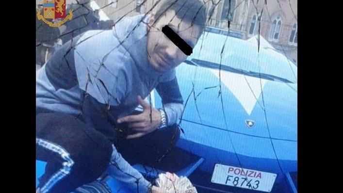 Un român și-a făcut un selfie cu un teanc cu bani în spatele unei mașini de lux a Poliției italiene. Reacția genială a carabinierilor: Arată-ne ce ai în buzunare!