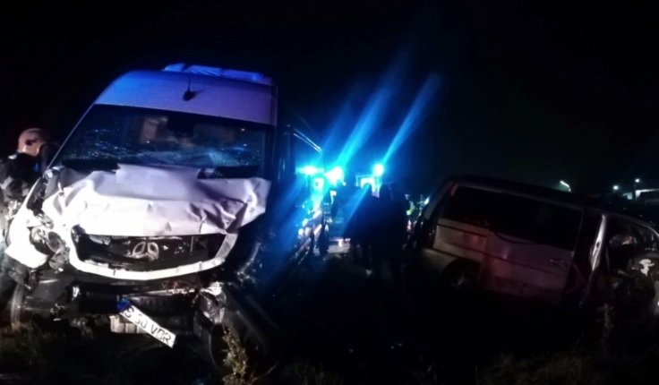 Două microbuze cu 27 de călători s-au ciocnit violent în apropiere de Iași. A fost activat planul roșu de intervenție