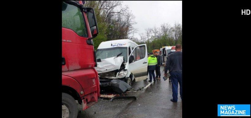 Microbuz care ducea mai mulți elevi în excursie, implicat într-un accident la Slatina. Șoferul a ajuns pe contrasens. Cinci copii răniți