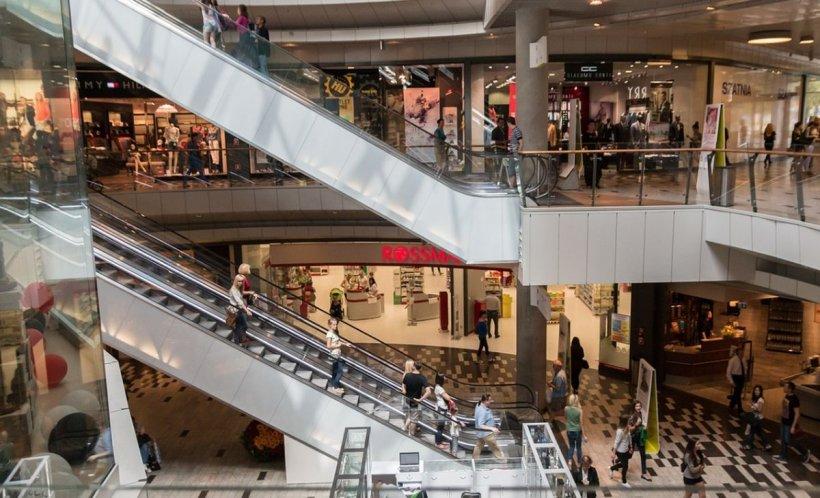 Incident șocant! Un copil de cinci ani, aruncat de un străin de la etajul trei al unui mall