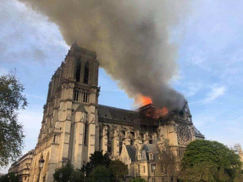 Momentul în care fleșa catedralei Notre Dame s-a prăbușit - VIDEO