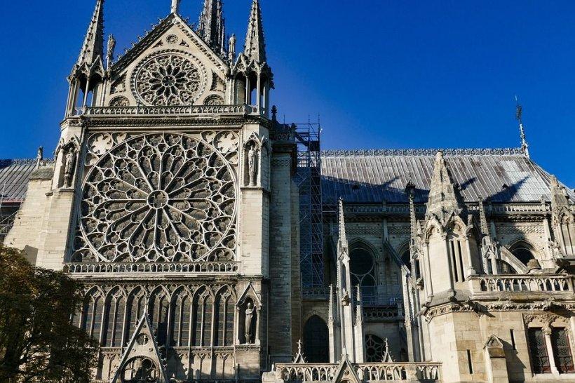 Cocoșul din turnul Catedralei Notre-Dame a fost găsit în moloz. Mulți spun că este un miracol (FOTO)