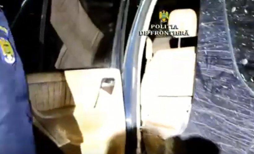 Ce au găsit polițiștii într-o mașină abandonată într-o pădure din Botoșani. Au avut un șoc când au deschis portbagajul - VIDEO