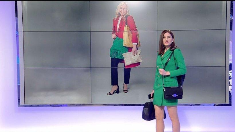 Chanel propune purtarea a două poşete în acelaşi timp. Prezentatoarea de la sport s-a adaptat trendului