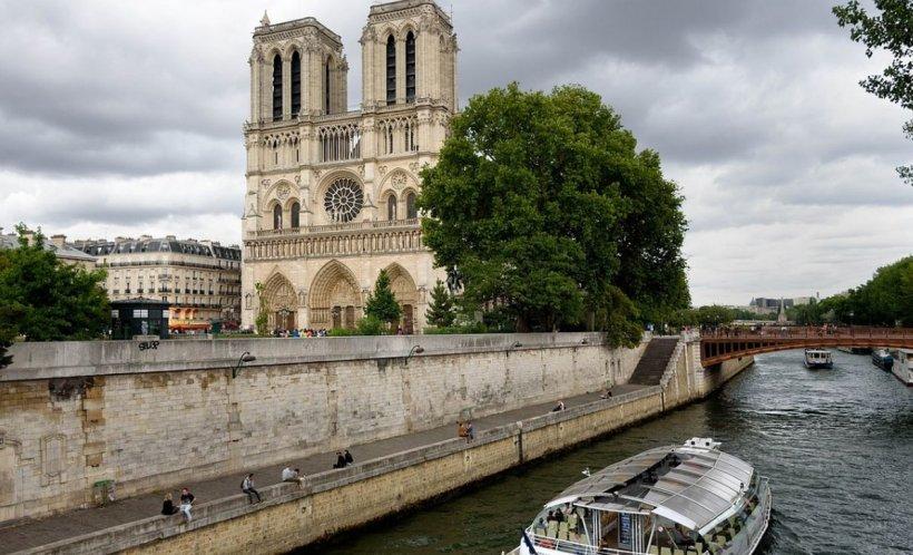 """Un român care locuiește într-o barcă pe Sena, în fața Catedralei Notre-Dame: """"Eram în casă, habar n-aveam de ce se întâmplă. Auzeam sirenele pompierilor și …"""""""
