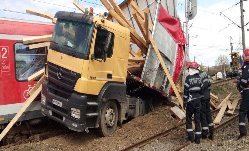 Accident în Bistrița-Năsăud, după ce un tren și un camion s-au ciocnit. Cel puțin cinci persoane sunt rănite (FOTO)