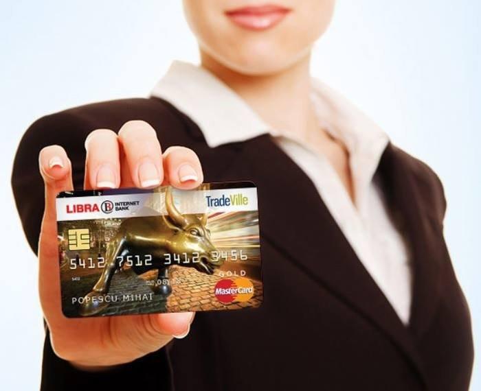 Cardurile unor clienți ale unei bănci cunoscute au fost blocate. Hackerii ar fi încercat să facă tranzacții frauduloase