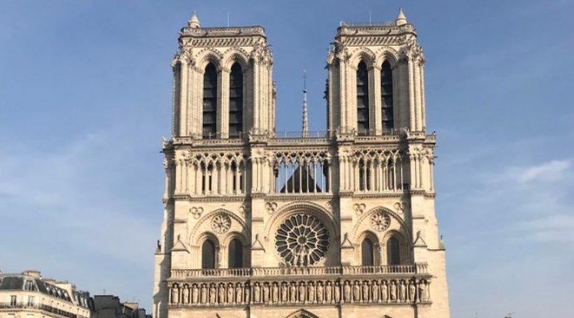 Fotografia care a cucerit internetul! A fost făcută în fața Catedralei Notre-Dame cu doar o oră înainte să fie cuprinsă de flăcări
