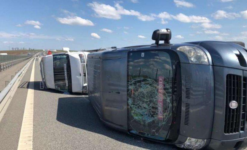 Microbuz răsturnat pe autostradă după explozia unui cauciuc
