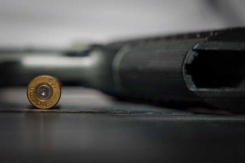 """Om de afaceri găsit mort, cu un pistol în mână și un glonț în cap. Lângă el este un casetofon. Detectivul pornește caseta și aude înregistrarea: """"Nu mai pot trăi în halul asta. Trebuie să-mi pun capat…"""". Cum s-a ajuns la concluzia că a fost asasinat?"""