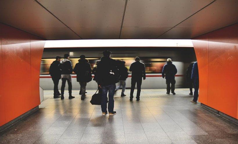 """Surpriză în această dimineață la metrou. Cum a apărut un bărbat printre călători. """"Te rog să cobori acum din tren"""" (FOTO-VIDEO)"""
