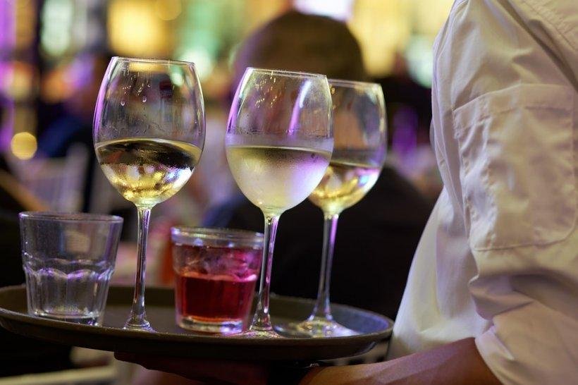 Un român a cerut o cola ca să facă șpriț cu un vin de 22.430 de lei. E incredibil cum a reacționat ospătarul