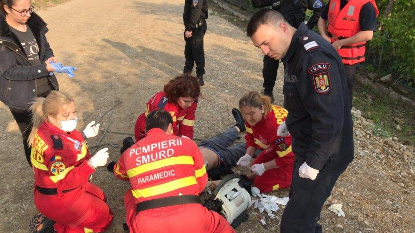 Momentul în care un salvator SMURD aduce la mal un bărbat care a căzut în Dâmbovița. Salvatorul a sărit în apă după el VIDEO