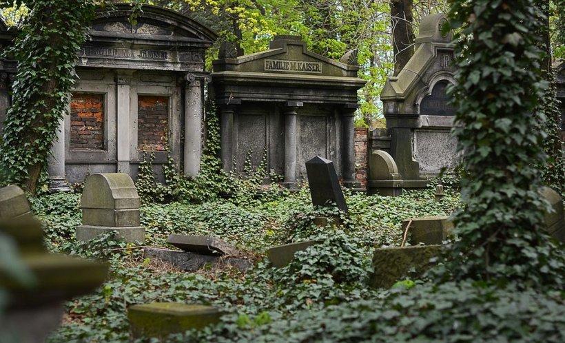 S-a dus în cimitir, așa că polițiștii l-au urmat. Când și-a dat seama, a fost prea târziu. Ce ascundea bărbatul în morminte i-a lăsat fără cuvinte