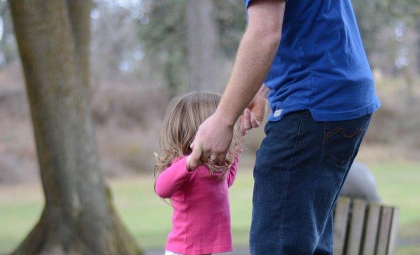 Un român a batjocorit-o timp de patru ani pe fetiţa vecinilor lui. Copila a povestit calvarul prin care a trecut