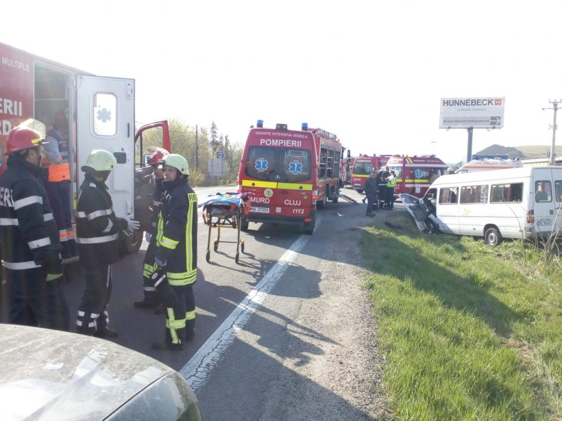 Plan roșu de intervenție în județul Cluj. Un microbuz s-a răsturnat: 11 persoane rănite