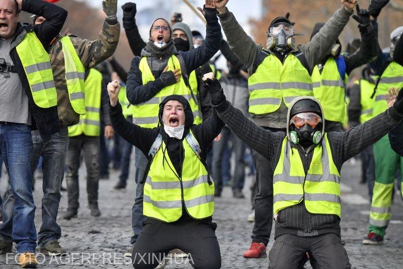 """Proteste violente la Paris. """"Vestele galbene"""" au provocat mai multe incendii"""