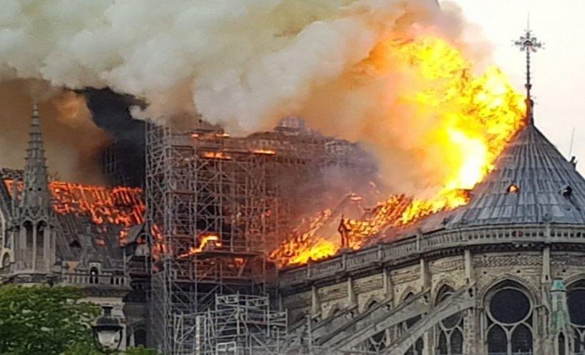 Fenomen bizar surprins pe Catedrala Notre-Dame, înainte de incendiu. Un punct luminos s-a văzut pe schelele monumentului istoric - VIDEO