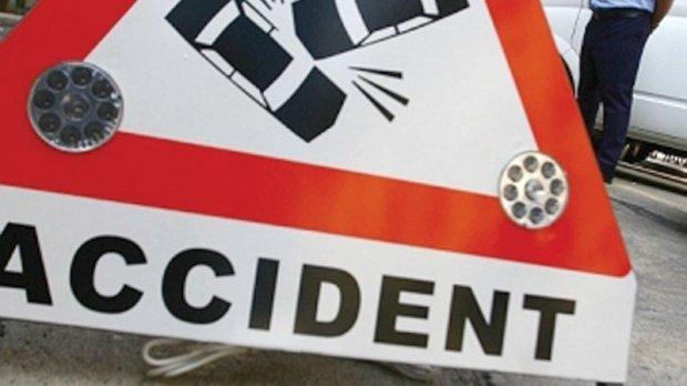Accident grav în Oradea. Taxiul cu o pasageră a ajuns cu roţile-n sus pe carosabil (VIDEO)