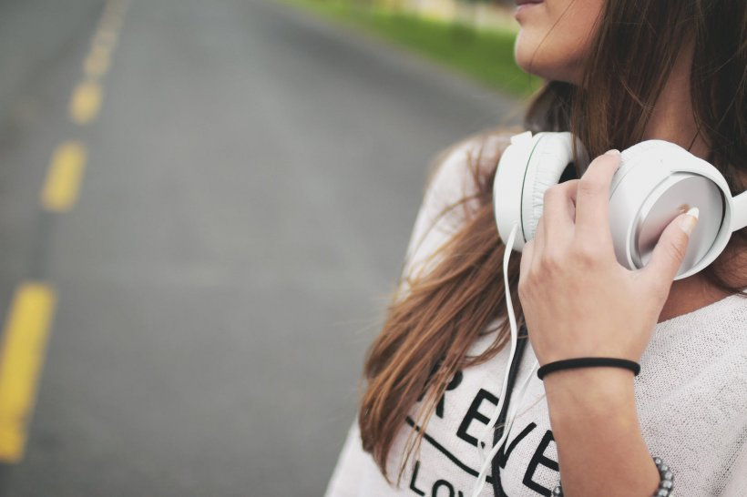 Asculta muzică în câști și citea mesaje pe telefon. Adolescenta de 15 ani a traversat fără a fi atentă la ce se întâmpla în jurul ei. Cu doar câteva secunde înainte a încercat să se ferească