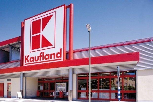 Cum a pierdut Kaufland 100.000 de lei în câteva minute. O casieră nu mai poate merge pe tocuri