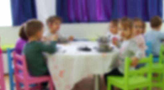 Șefa creșei din Iași, care învăța copiii să înjure, dată cu capul de masă de un părinte furios