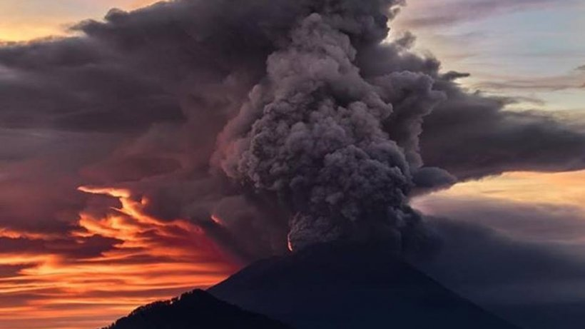 Vulcanul Agung, din Bali, a erupt. Imagini spectaculoase de pe insula indoneziană