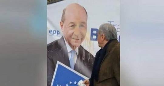 Ilie Năstase, gestul făcut pe un afiș cu Traian Băsescu. Reacția fostului campion mondial a ajuns virală (VIDEO)