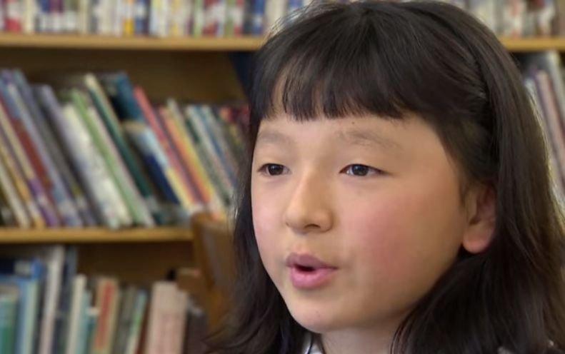 """Lecție impresionantă din partea unei fetițe de 10 ani. Sara nu are mâini, dar a câștigat un concurs național de scris. """"Am exersat mult acasă. Sunt mândră de acest premiu"""""""