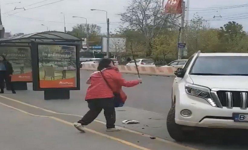 Un pieton furios din București își varsă nervii într-un mod inedit pentru că o mașină a fost parcată neregulamentar. Totul a fost filmat (VIDEO)