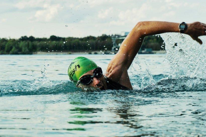 """A înotat timp de 54 de zile într-un lac plini de crocodili și a reușit să înregistreze două recorduri mondiale. """"Nu voiam să fiu îngropat într-o zi și să fiu cunoscut ca tipul care a muncit din greu și atât"""""""