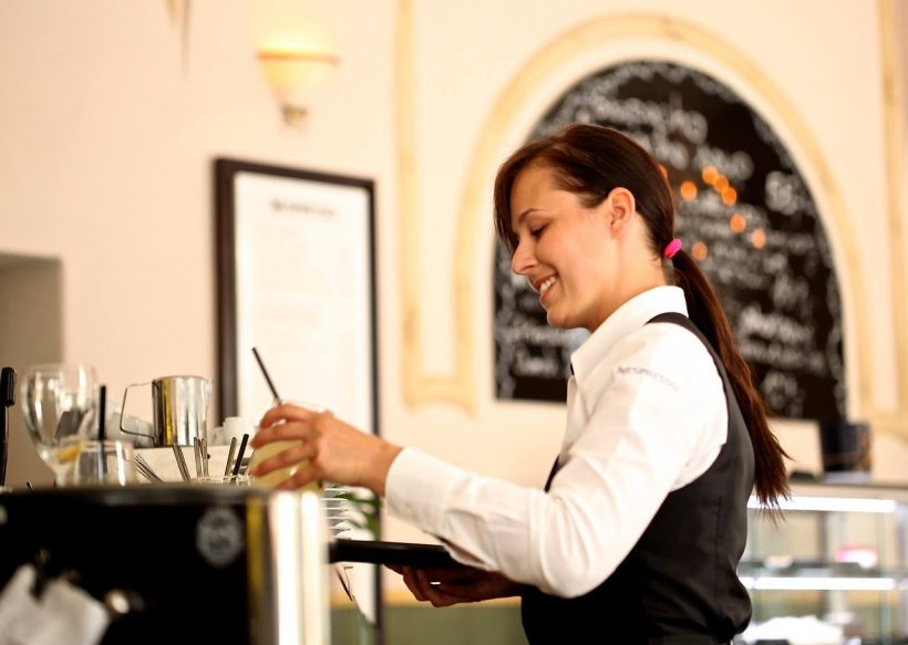 """O chelneriţă dezvăluie secretul şocant din bucătăria restaurantelor. Ce pun în mâncare: """"Acum, că am lucrat într-un restaurant, nu aş cere niciodată…"""