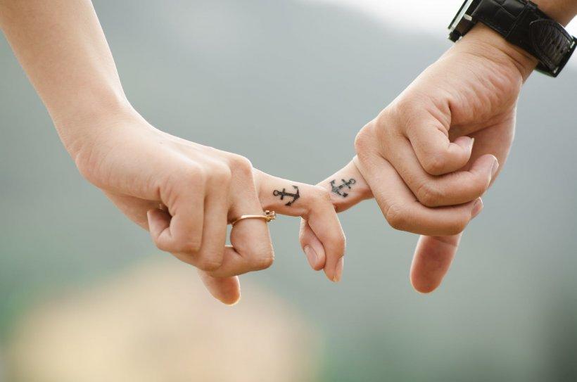 Caz unic în România! Un tânăr, obligat de instanță să-i plătească daune fostei iubite cu care urma să se căsătorească