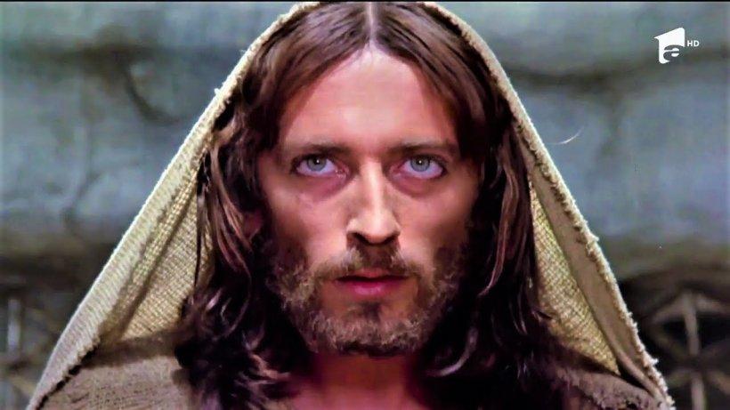 """Cum arată actorul Robert Powell din """"Iisus din Nazaret"""" la 40 de ani distanță. Nu îl vei recunoaște! VIDEO"""