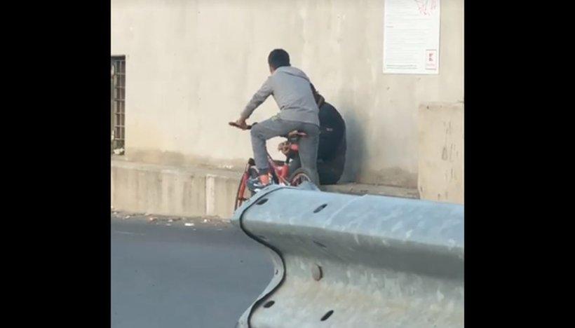 Scene revoltătoare surprinse pe o stradă din Tulcea. Un minor a lovit cu pumnul un bătrân și apoi a fugit cu bicicleta