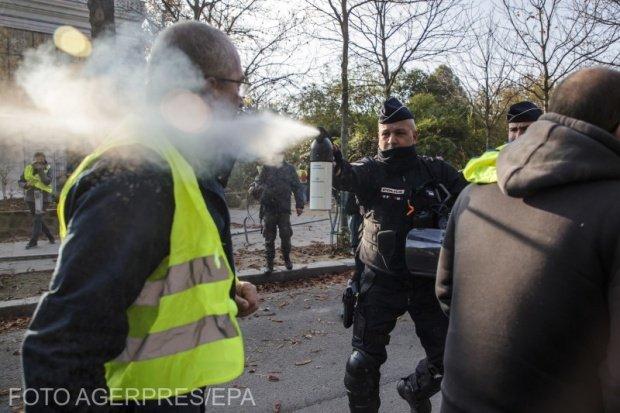 """Confruntări în Franța. """"Vestele galbene"""" au ieșit din nou în stradă. Poliţia a recurs la gaze lacrimogene"""